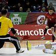 Arnaldo (C) da sele��o portuguesa de futsal disputa a bola com um advers�rio da sele��o da Hungria durante o jogo particular disputado no Pavilh�o Gimnodesportivo da Nazar�, 6 de janeiro de 2015.  RICARDO GRA�A/LUSA