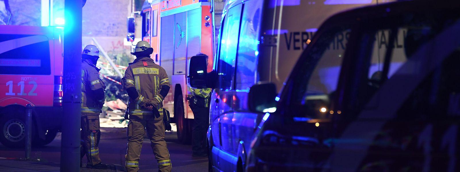 Feuerwehrmänner an der Unfallstelle in Berlin-Mitte.