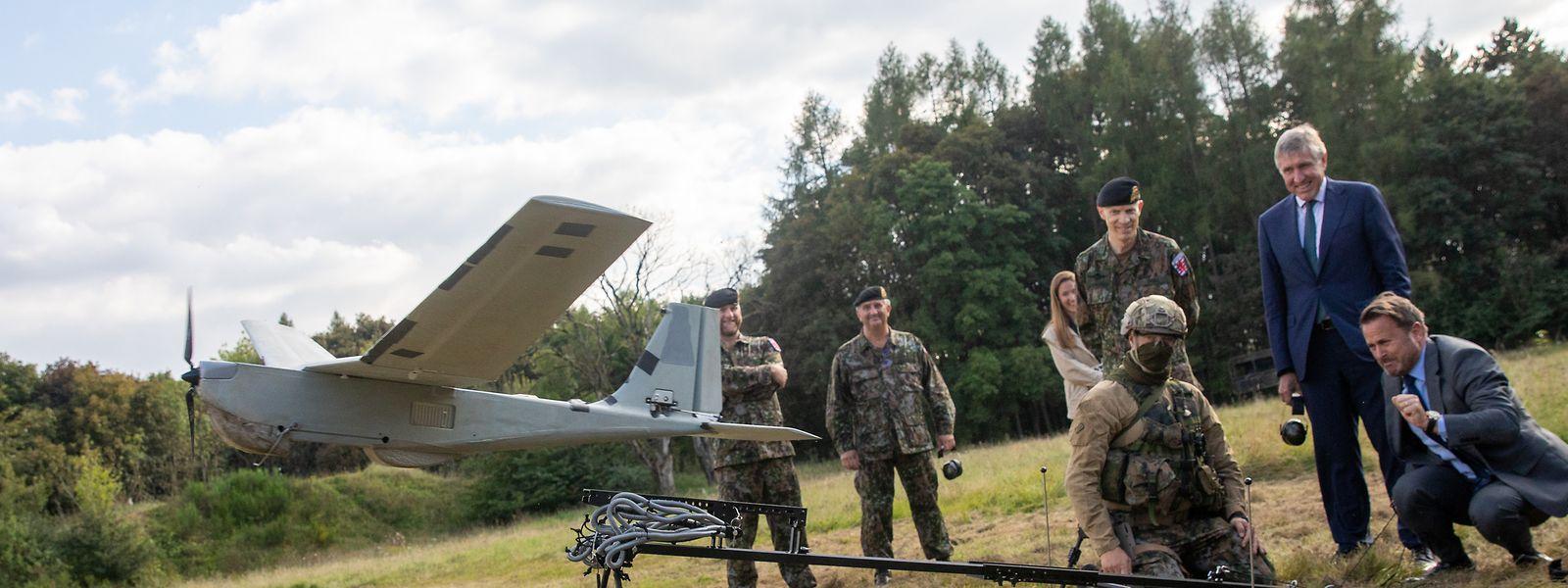 Premier Xavier Bettel beim Start einer Drohne, wie die luxemburgische Armee sie derzeit während ihrer Malimission einsetzt.