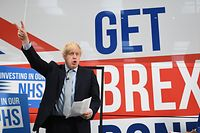 dpatopbilder - 15.11.2019, Großbritannien, Middleton: Boris Johnson, Premierminister von Großbritannien, formt seine Finger zu einem Siegeszeichen während der Vorstellung des Wahlkampfbusses mit der Aufschrift «Get Brexit Done». Am 12. Dezember muss sich Johnson in seinem Wahlkreis «Uxbridge and South Ruislip» mehreren Herausforderern stellen. Foto: Stefan Rousseau/PA Wire/dpa +++ dpa-Bildfunk +++