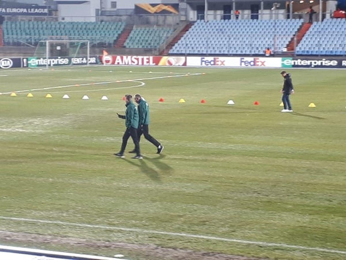 L'arbitre italien Gianluca Rocchi et ses assistants inspectent la pelouse du stade Josy-Barthel un peu plus d'une heure et demie avant le coup d'envoi