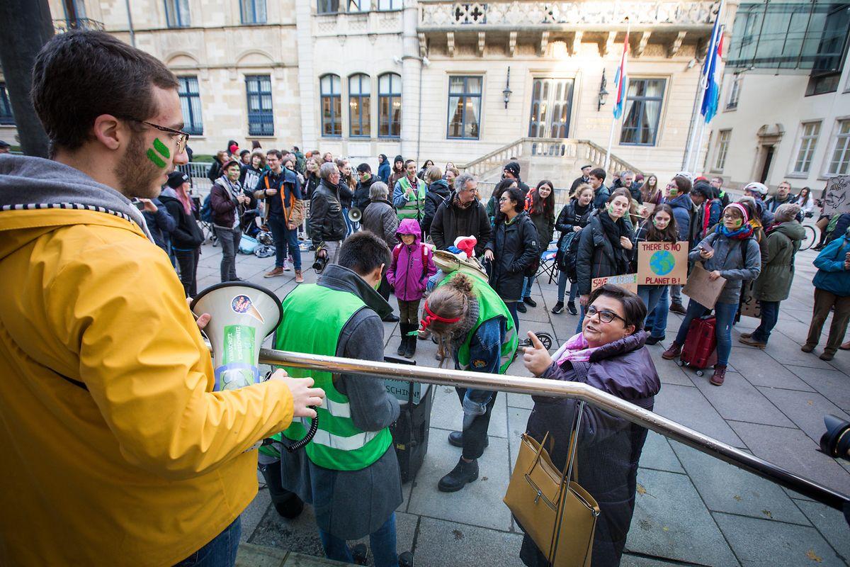 Zeitgleich mit der Pressekonferenz demonstrierten Jugendliche im Rahmen der Youth-for-Climate-Demos vor der Chamber für den Klimaschutz.