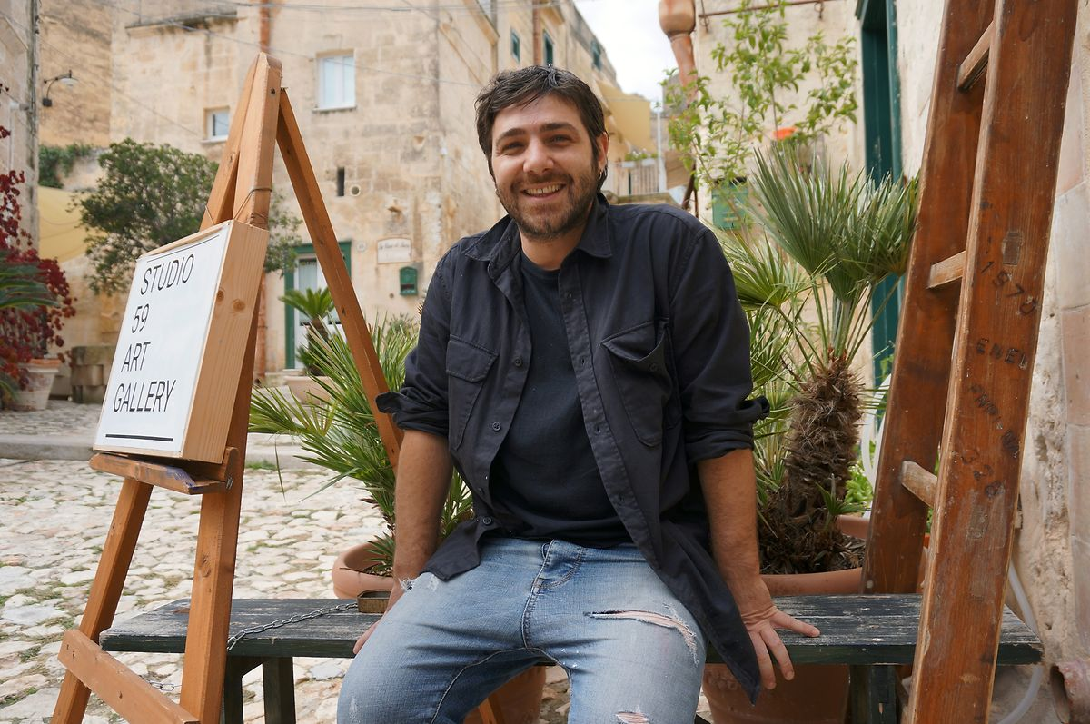 Der Maler Angelo Lamacchia sitzt vor seinem Atelier in Matera – schon seine Großmutter hat in den Sassi gewohnt.