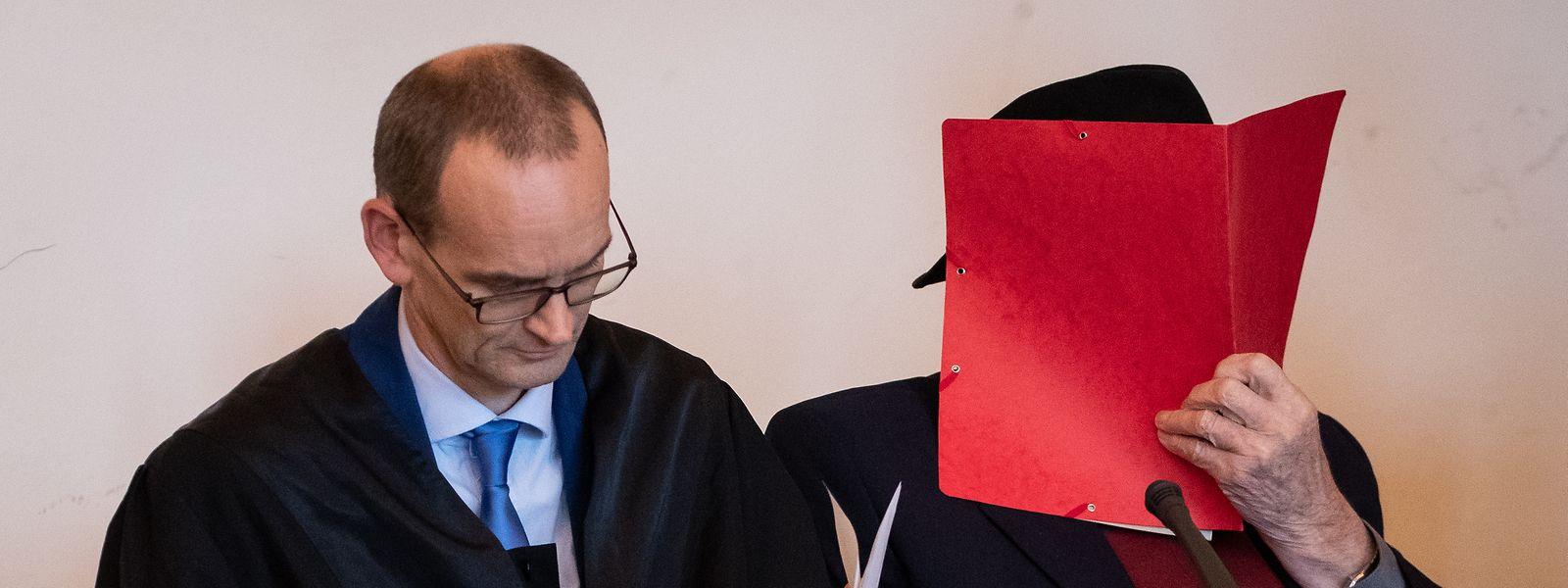 Der 93 Jahre alte ehemalige SS-Wachmann im Konzentrationslager Stutthof und sein Anwalt Stefan Waterkamp (l) sitzen vor Beginn eines weiteren Prozesstages im Landgericht. Die Staatsanwaltschaft wirft dem ehemaligen Wachmann vor, Beihilfe zum Mord an 5230 Menschen geleistet zu haben.