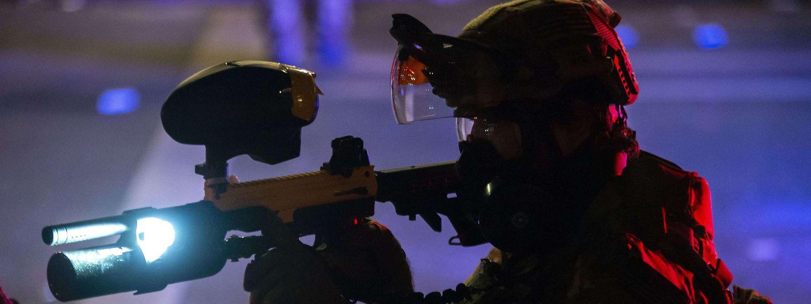 Ein Beamter der Bundespolizei mit einer nicht-tödlichen Waffe.