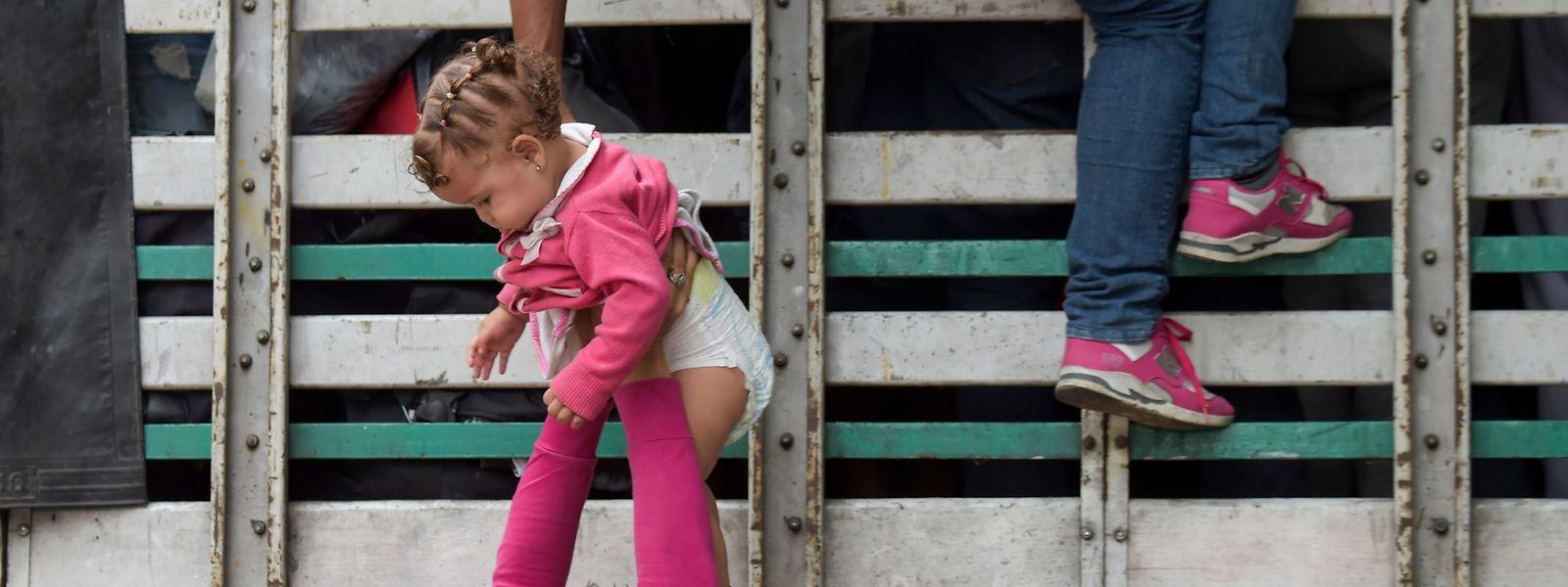 Zahlreiche Venezolaner fliehen derzeit vor brutaler Gewalt und bitterer Armut in die umliegenden Nachbarländer.