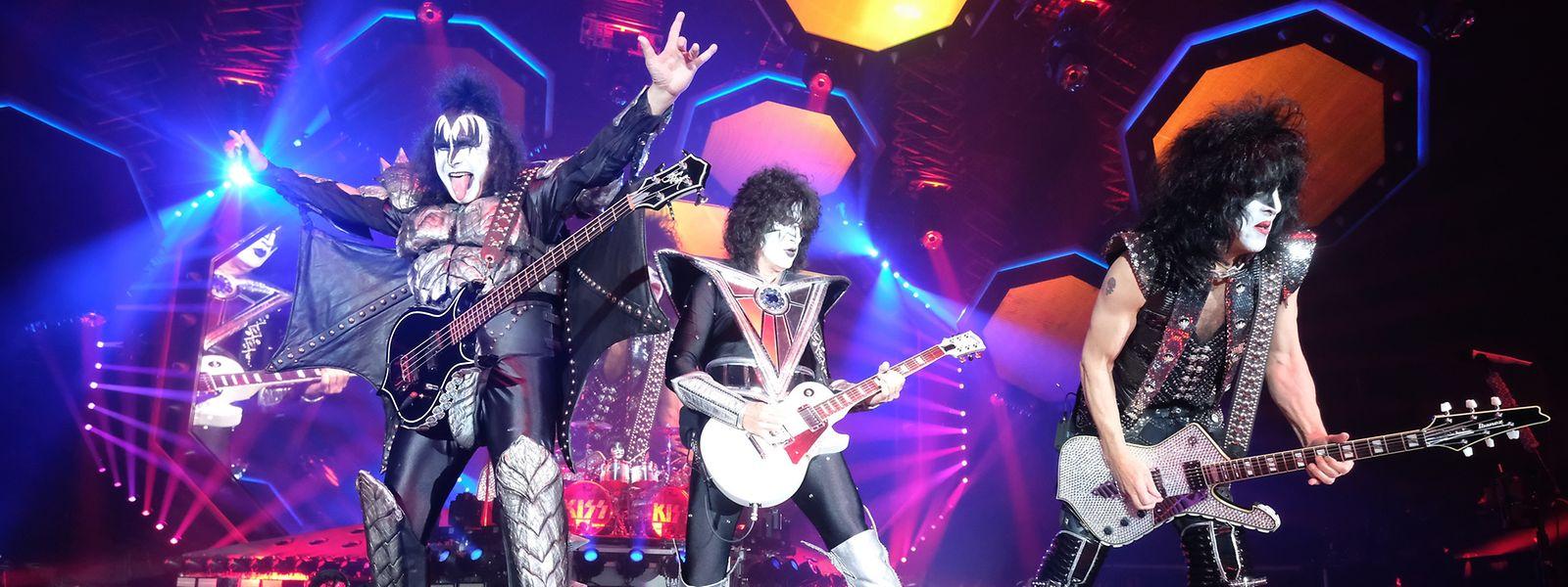 """Die Musiker Gene Simmons (l-r), Thommy Thayer und Paul Stanley von der Band """"Kiss"""" treten in der Arena Leipzig auf. Das Konzert ist Auftakt der Deutschland- Tour """"End of the Road""""."""