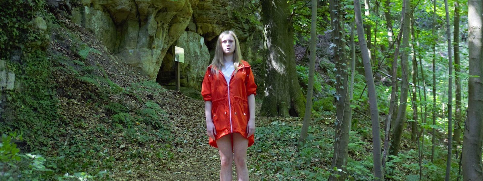Schülerin Jenny wird tot im Wald gefunden, ihre Zwillingsschwester Tanja (Jil Devresse) ist vermisst – wer steckt dahinter?