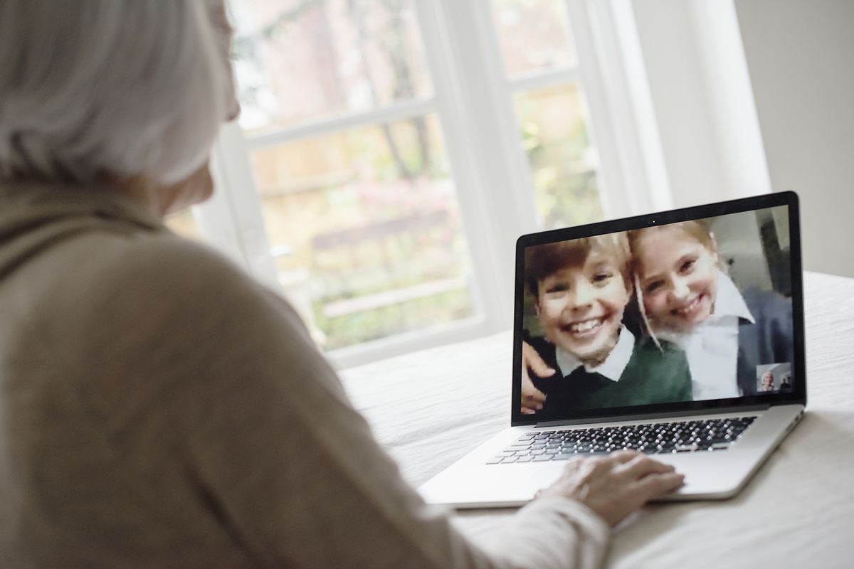 La solution du contact par ordinateur ou tablette n'est pas forcément adaptée à tous les seniors. Particulièrement en cas de démence sénile.