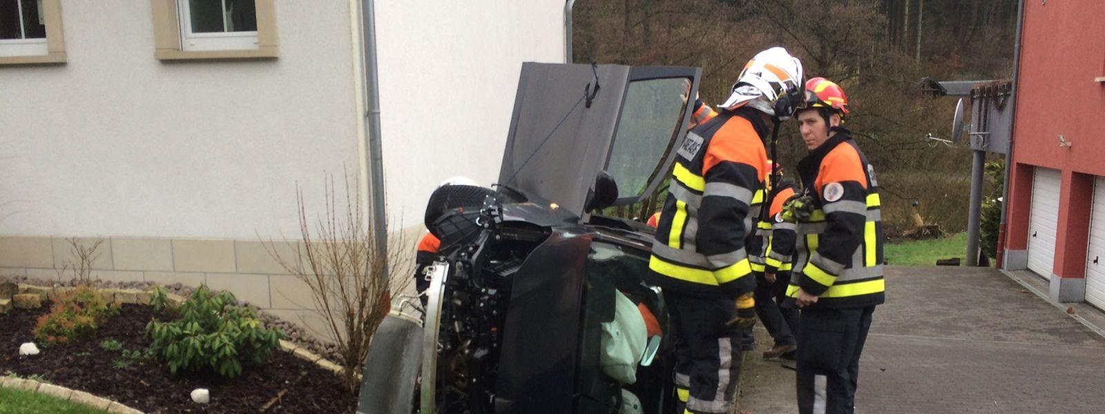 Den Rettungskräften wurde zunächst ein schwerer Unfall gemeldet. Als sie vor Ort ankamen, stellten sie erleichtert fest, dass sich der Fahrer nur leicht verletzt hatte.