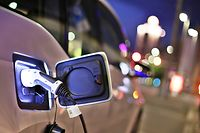 ARCHIV - 19.05.2016, Leipzig: Ein elektrisch angetriebener BMW i3 lädt am Abend an einer Ladesäule in der Innenstadt. Fahrer von Elektrofahrzeugen haben in Hessen kaum Privilegien gegenüber herkömmlichen Autos. Foto: Jan Woitas/zb/dpa +++ dpa-Bildfunk +++