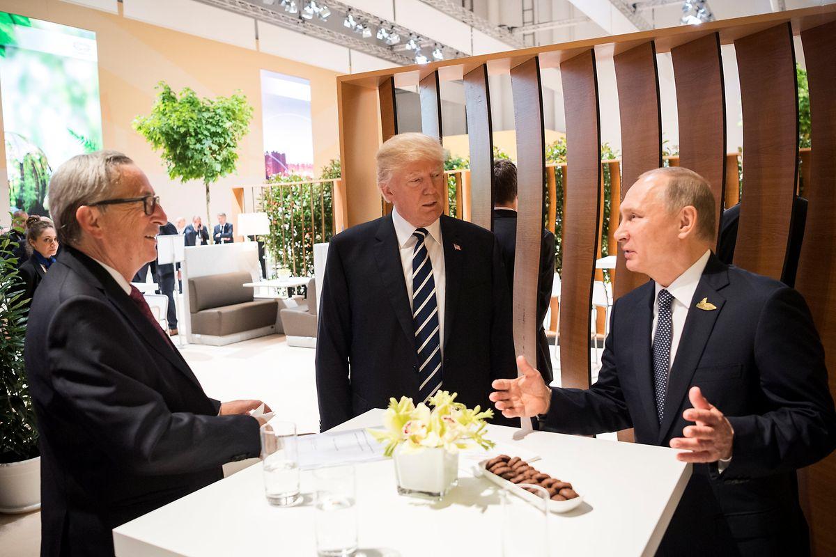 Gelöste Stimmung in der Pause - doch drinnen drohte Jean-Claude Juncker Donald Trump mit Sanktionen.