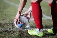Ein Spieler legt sich den Ball zum Eckstoss hin, Eckball, Symbolbild, Zierbild, Schmuckbild, uhlsport/ Fussball BGL Ligue Luxemburg, 13. Spieltag, Saison 2020-2021 / 24.02.2021 /Etzella Ettelbrück (Ettelbruck) - FC Swift Hesperingen / Stade du Deich, Ettelbrück /Foto: Ben Majerus