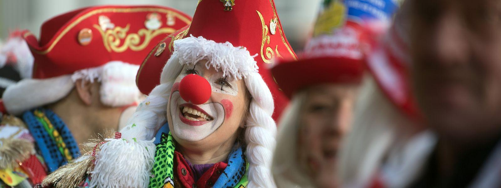 Verkleidete Närrinnen und Narren feiern in Köln. Mit dem 11.11 startet im Rheinland die Karnevalssaison.