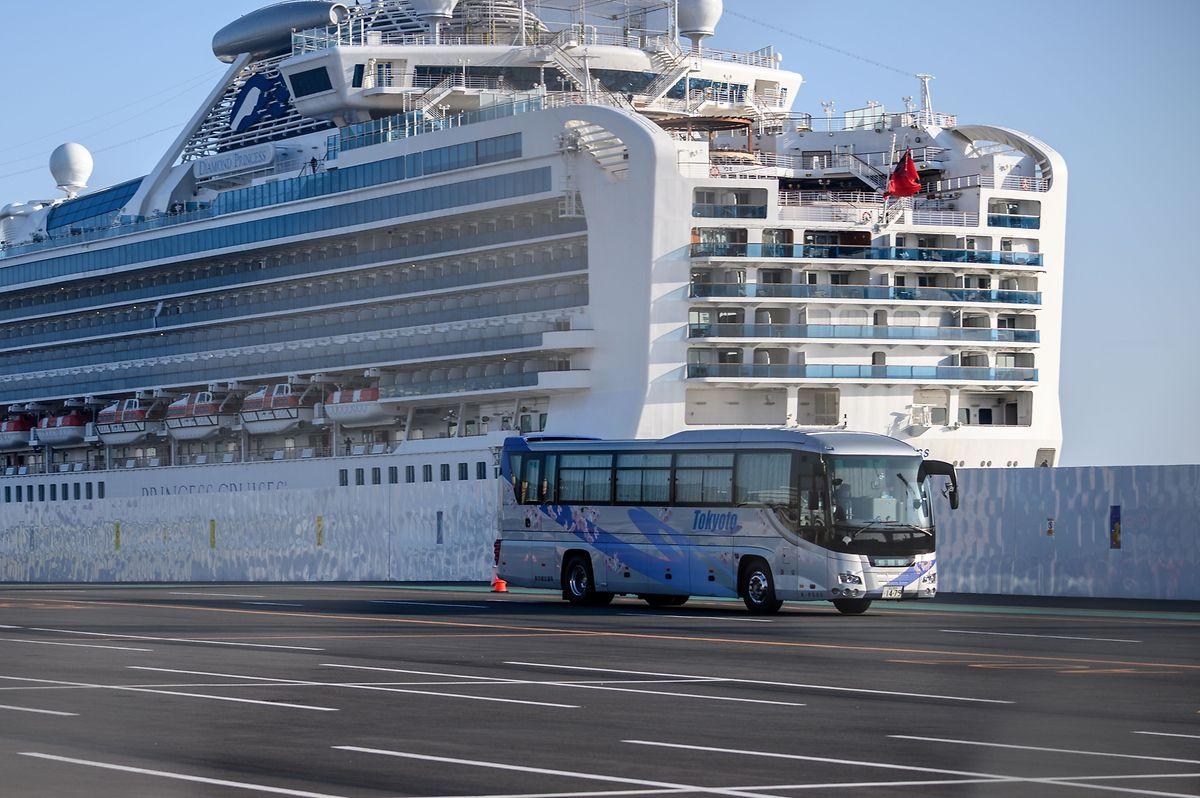Deux ex-passagers australiens du Diamond Princess, initialement testés négatifs lors d'un dépistage par les autorités sanitaires japonaises à leur descente du navire, ont été déclarés contaminés à leur retour en Australie