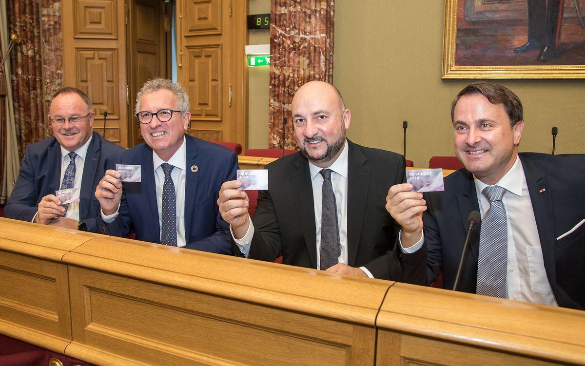 Die Minister Romain Schneider, Pierre Gramegna, Étienne Schneider und Xavier Bettel mit der Budgetvorlage 2020.