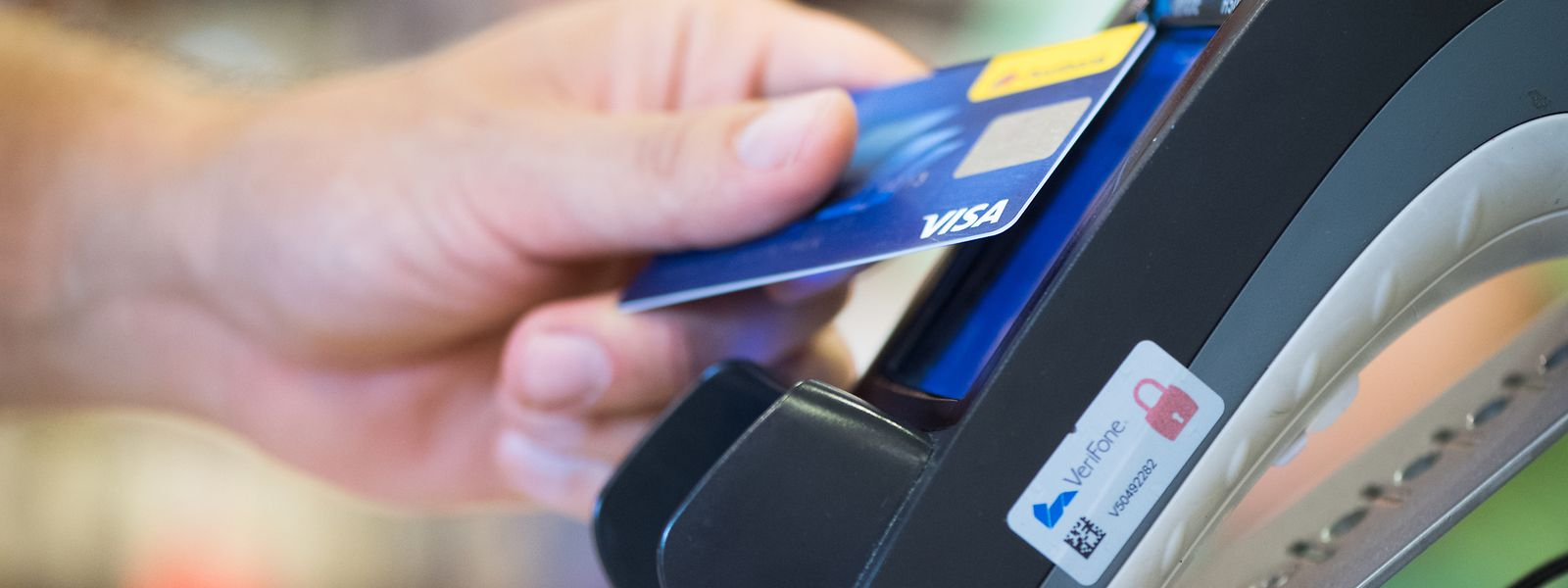 Von einer Hand in die andere: Kreditkarten ersetzen zunehmend Scheine und Münzen.