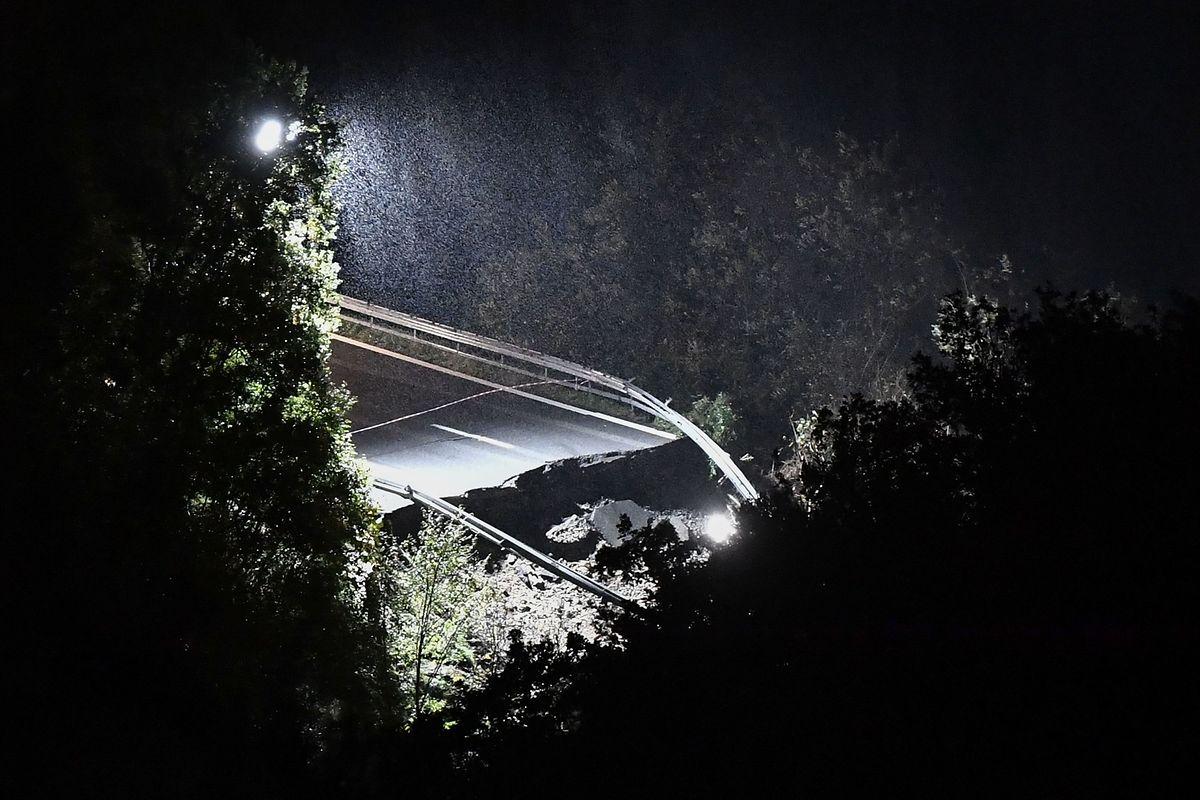 Ein Teil des nach einem Erdrutsch eingestürzten Viadukts auf der Autobahn A6 zwischen Turin und Savona.