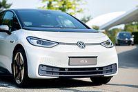 ARCHIV - 11.09.2020, Niedersachsen, Wolfsburg: Ein neuer VW ID.3 steht bei einem Pressetermin zur Auslieferung der ersten Volkswagen-Elektroautos auf einem Parkplatz in der Autostadt. Der elektrische Hoffnungsträger ID.3 ist bei den ersten Kunden - nun will Volkswagen auch das Anschlussmodell ID.4 so rasch wie möglich an den Start bringen. Der kompakte SUV ist der nächste Vertreter einer Reihe, die den Konzern in den kommenden Jahren neu ausrichten soll. Foto: Hauke-Christian Dittrich/dpa +++ dpa-Bildfunk +++