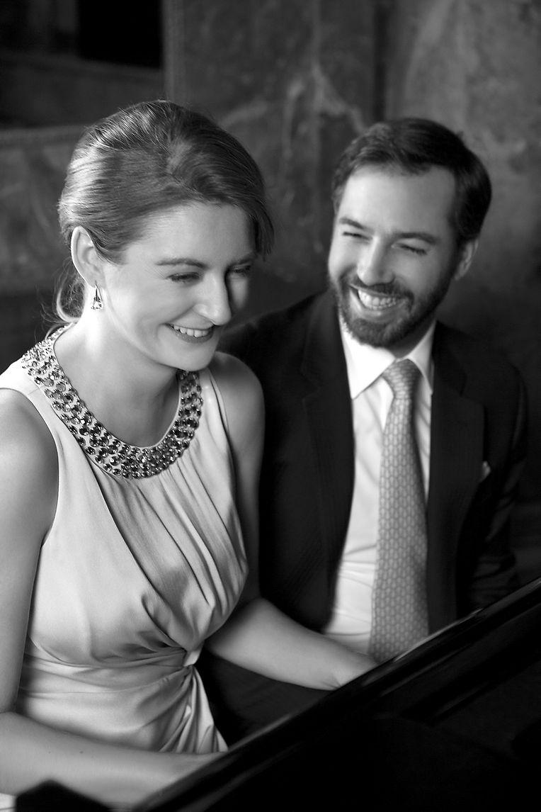 Stéphanie aime la musique, joue du violon et du piano pour le plus grand plaisir de son époux, le Grand-Duc héritier.