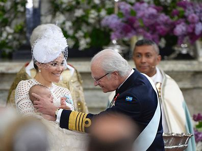 Crown Princess Victoria holds Prince Oscar for King Carl Gustaf at the christening on May 27, 2016 at the Chapel in Stockholm's Royal palace.  / AFP PHOTO / TT News Agency / Pontus LUNDAHL / Sweden OUT