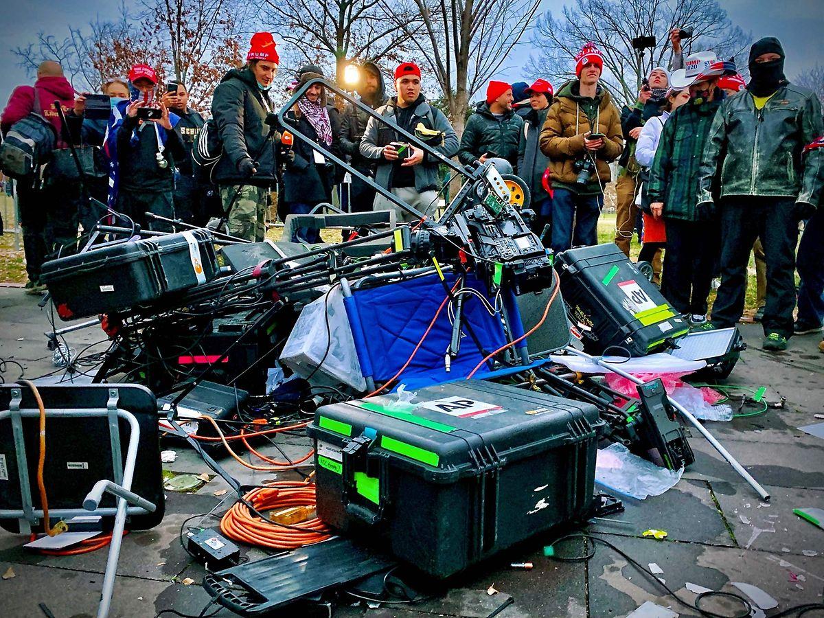 """Der Mob griff auch Pressevertreter an und zerstörte deren Ausstattung. Donald Trump hatte die Presse wiederholt als """"Feinde des Volkes"""" bezeichnet."""
