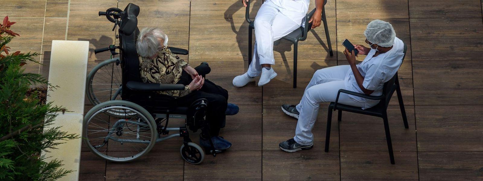 Dans les 14 maisons de soins et CIPA testés jusqu'ici, dix pensionnaires et neufs soignants étaient infectés par le virus.