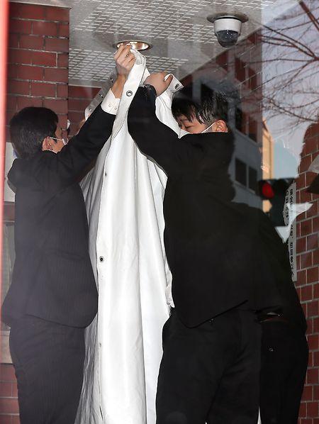 Beamte schützten Ghosn mit einem Vorhang vor neugierigen Blicken.