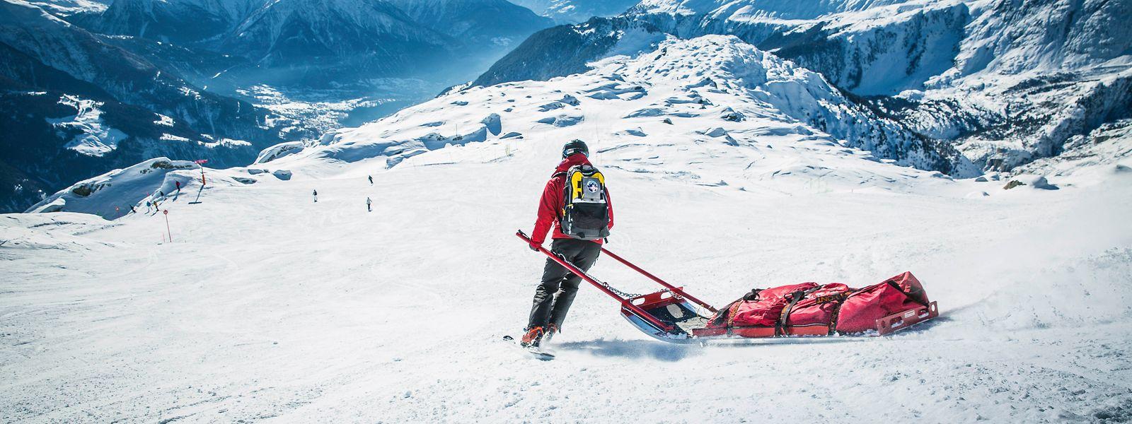 Wintersportler können sich in der Aletsch Arena von einem «Pistenpatrouilleur» die Abläufe hinter einer Rettung erklären lassen.