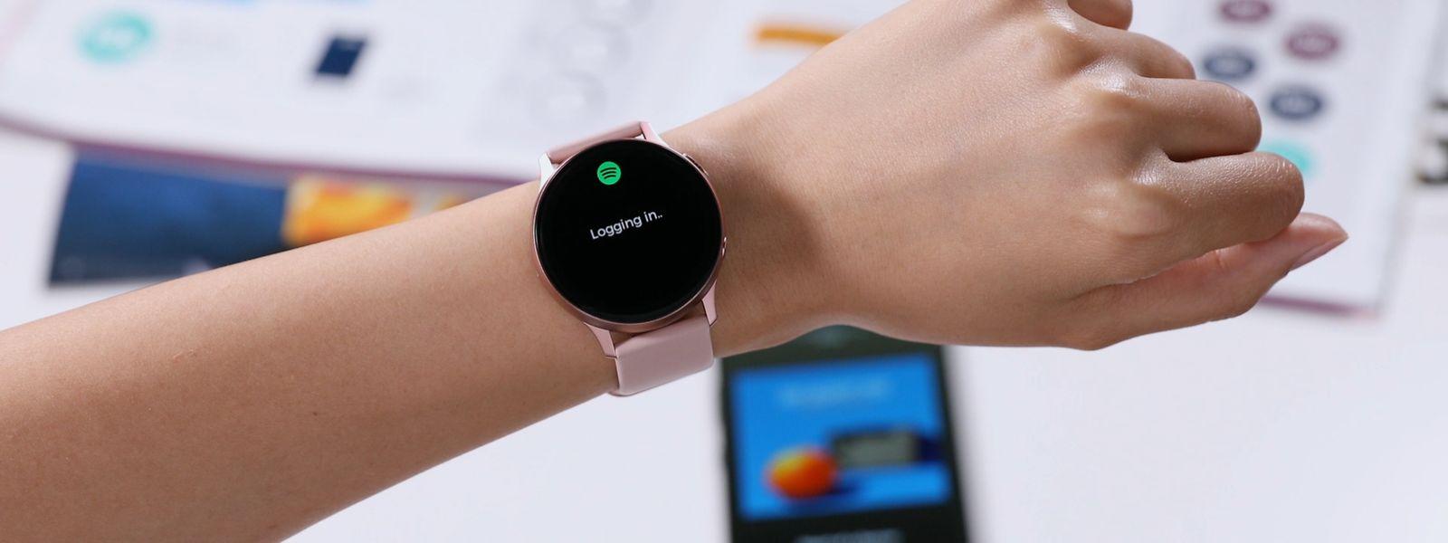 """Die Samsung """"Galaxy Watch Active2"""" kann dank Sprachassistentin Bixby auch Musiktitel oder YouTube-Videos mit Ton abspielen. Plus: Trainingserkennung und exakte Herzfrequenzmessung. EKG, Blutdruckmessung und Sturzerkennung sollen per Update folgen. Preis: ab 300 Euro."""