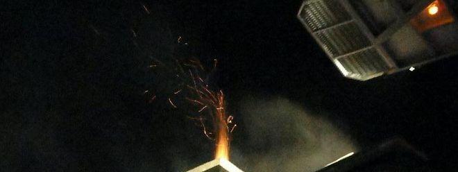 Der Kaminzug musste an mehreren Stellen aufgebrochen werden, um den Brand zu löschen.