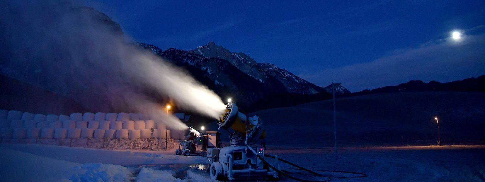 Im österreichischen Skigebiet Abtenau bereitet man sich bereits auf die Ski-Saison vor: Die Schneekanonen laufen auf vollen Touren.