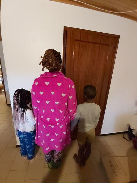 Maria e os dois filhos tiveram ordem de despejo dada pelo tribunal para deixar o apartamento social onde viviam por terem ultrapassado em mais de um ano o tempo do acordo.