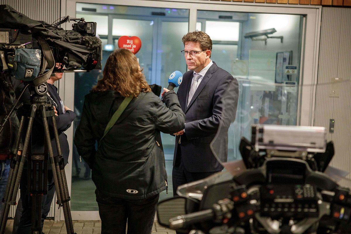 Der Bürgermeister der Gemeinde De Wolden, Roger de Groot, spricht mit der Presse über den ungewöhnlichen Fall.
