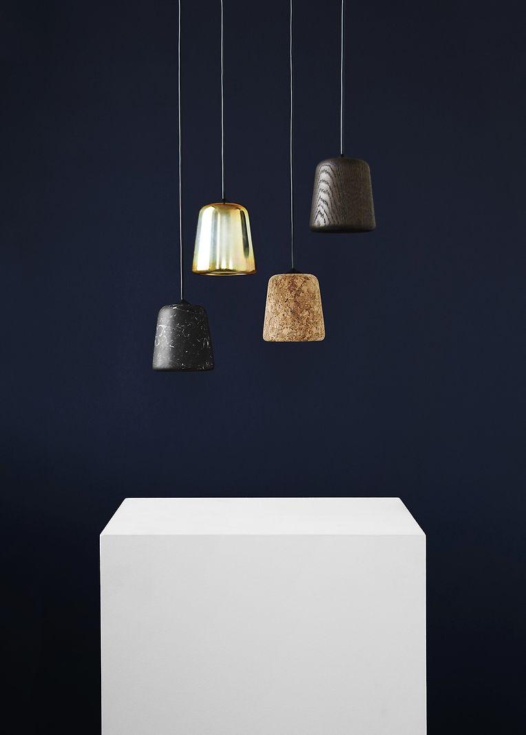 Die Skandinavier leisten sich nun eine experimentelle, künstlerische Note. Beim Möbelunternehmen New Works zeigt sich das etwa in Pendelleuchten aus mondänen Materialien wie Marmor, Stahl, Kork und auch dem Klassiker Holz.