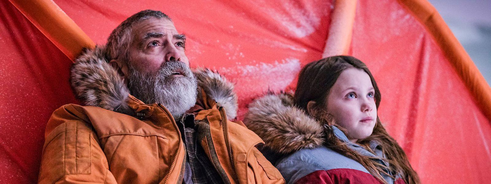 """George Clooney (Augustine) und Caoilinn Springall (Iris) in einer Szene des Films """"The Midnight Sky"""". Der Film ist ab dem 23.12.2020 beim Streamingdienst Netflix verfügbar."""