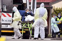Ambulance officers remove a resident from the St Basil's Home for the Aged in the Melbourne suburb of Fawkner on July 27, 2020, with 84 cases of the COVID-19 coronavirus linked to the facility. - The Australian state of Victoria has recorded 532 new coronavirus cases, the highest one-day total in the state since the pandemic started. (Photo by William WEST / AFP)