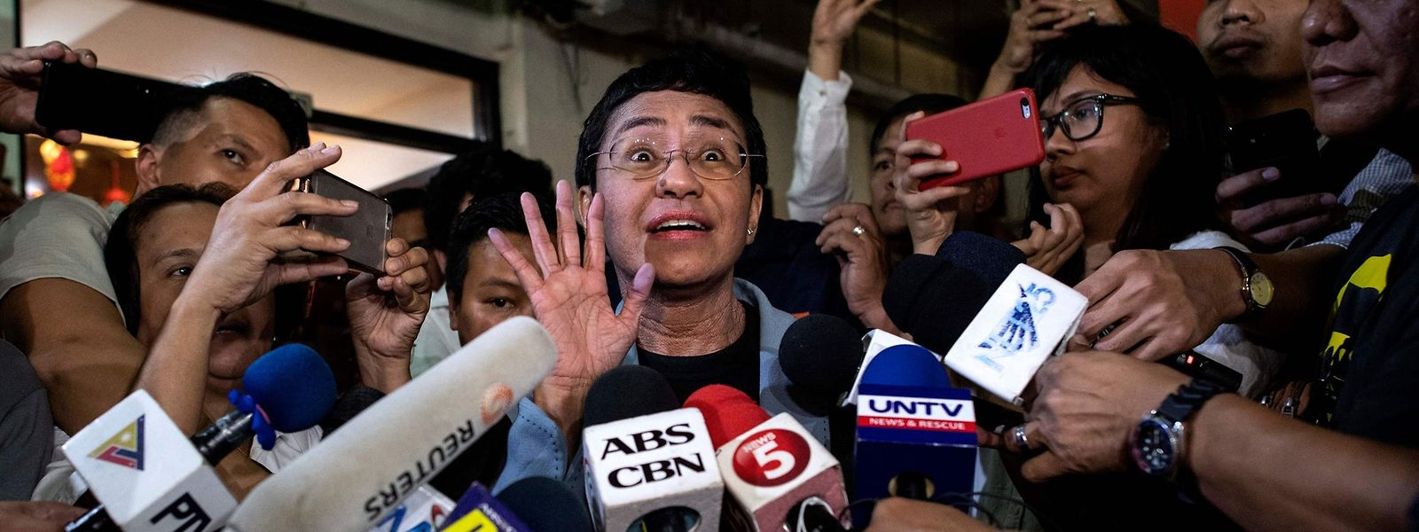 Die regierungskritische philippinische Journalistin Maria Ressa ist in einem Verleumdungsprozess zu einer Freiheitsstrafe verurteilt worden. E