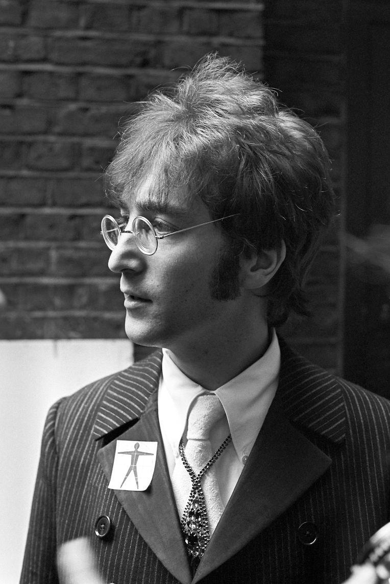 John Lennon in den EMI Studios, wo sich die Beatles auf ihren Auftritt in der internationalen Fernsehsendung 'Our World' vorbereiteten.