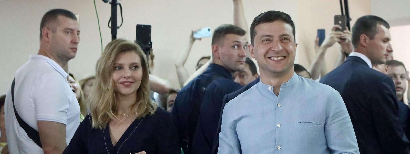 Wolodymyr Selenskyj (2. r), Präsident der Ukraine, und seine Ehefrau Olena (l) geben ihre Stimmen ab. In der Ukraine wurde ein neues Parlament gewählt.