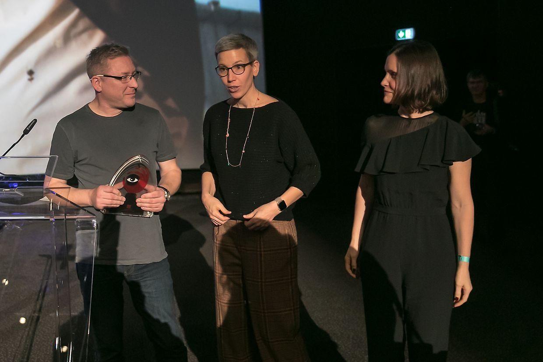 Richard Billingham recevant son prix aux côtés de Sam Tanson, ministre de la Culture.