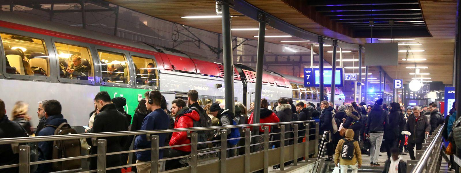 Der hauptstädtische Hauptbahnhof am Donnerstagabend: Auch in Luxemburg sind die Auswirkung des Generalstreiks in Frankreich spürbar.