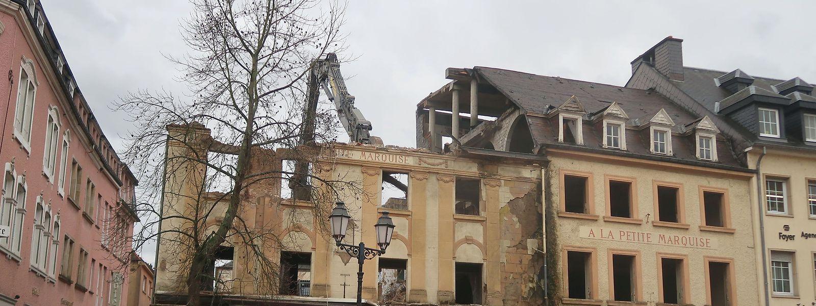 """Nach über 20 Jahren verschwindet das verfallene einstige """"Hôtel-Restaurant à la petite marquise"""" aus dem Stadtbild."""