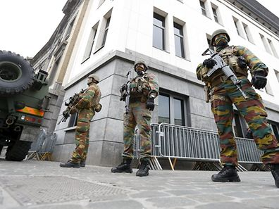 Selon M. Cazeneuve, l'état d'urgence a «amplement démontré son efficacité» avec «4.194 perquisitions, plus de 517 interpellations, 434 gardes à vue et la saisie de près de 600 armes dont 77 armes de guerre»