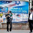 """Buhlen um die Gunst des Präsidenten: """"Trump ist ein Freund Zions"""" steht auf dem Plakat in Jerusalem."""