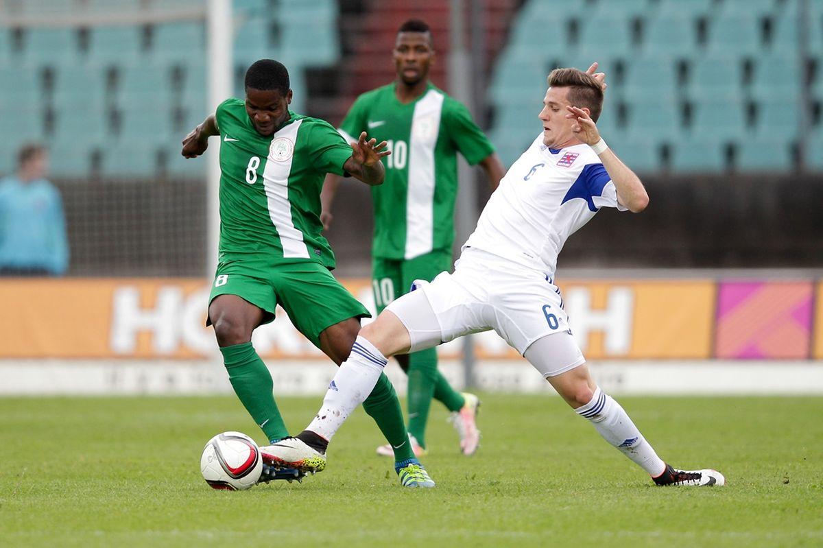Chris Philipps essaie de déloger le ballon des pieds de Brown Ideye