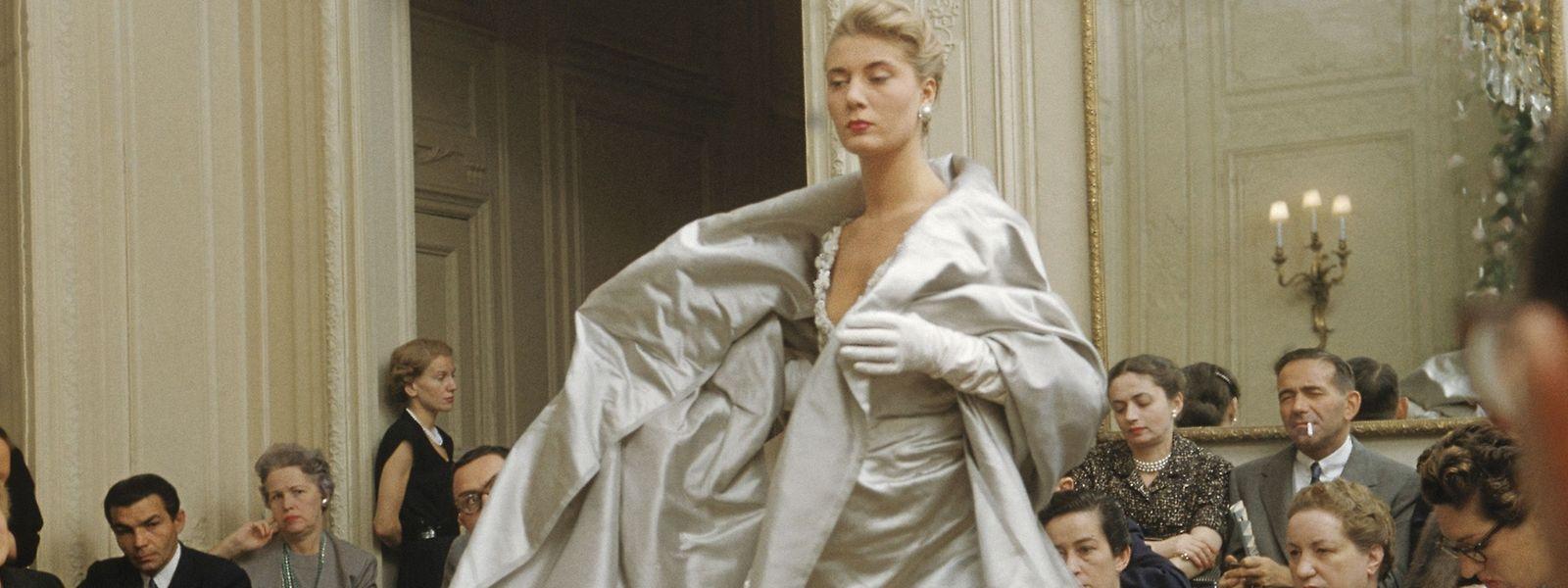 """Model France führt die Abendrobe """"Chambord"""" in einem für Dior typischen lichten Grau aus der Haute-Couture-Kollektion """"Ligne H"""" Herbst-Winter von 1954vor."""