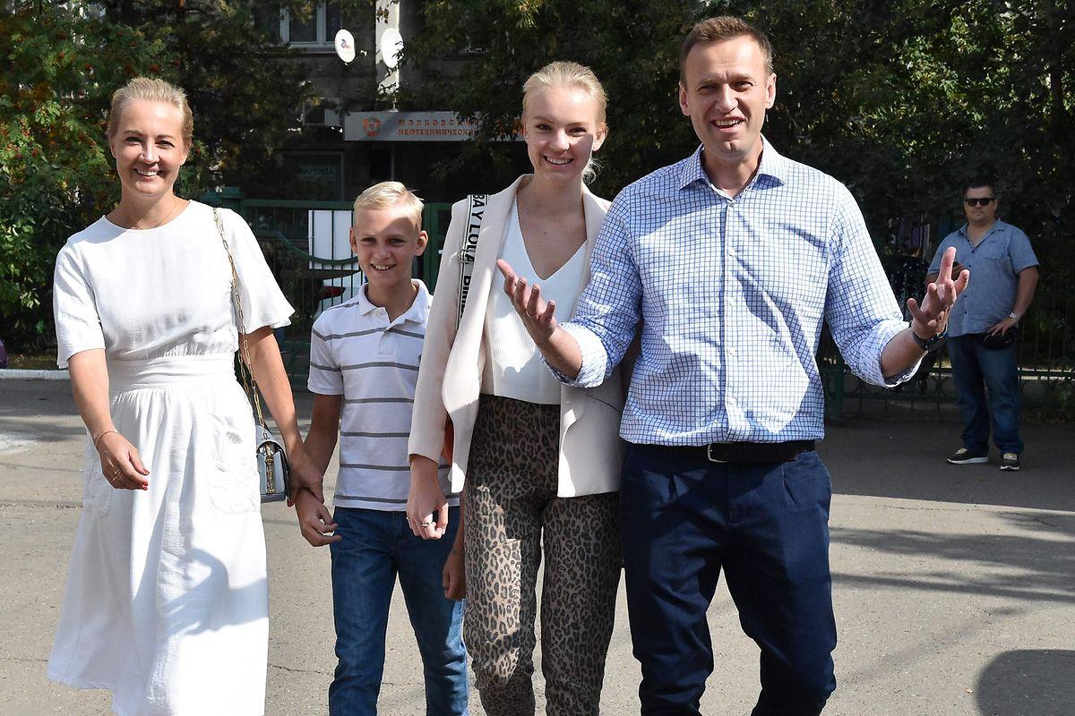 Der Aktivist Alexej Nawalny (r.) mit seiner Frau Julia (l.) und seinen Kindern Daria und Zakhar.