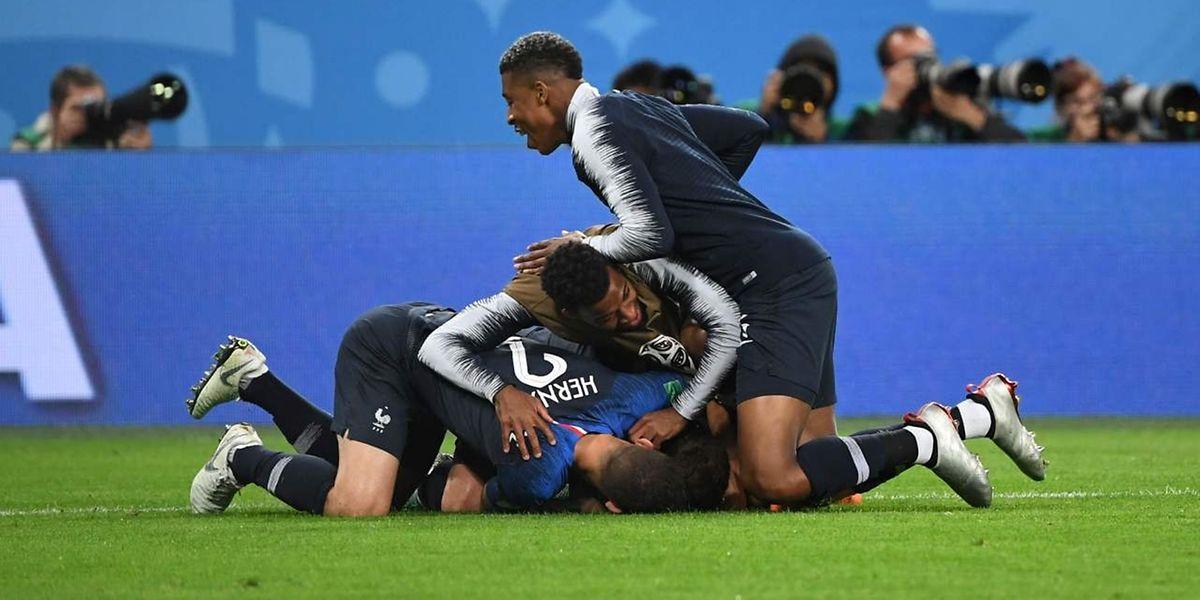 Les Bleus se congratulent. Retour à Moscou pour la finale dimanche prochain.