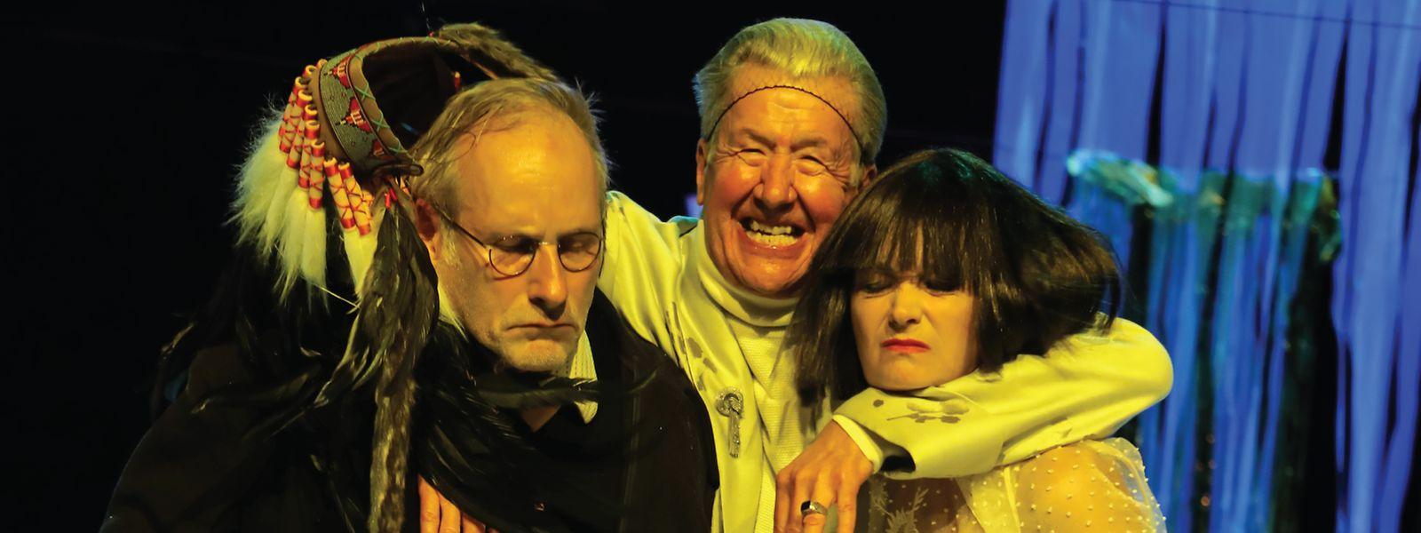 """Wolfram Koch, Marco Lorenzini und Jacqueline Macaulay (v.l.n.r.) in der Aufführung von """"Der Zauberberg"""" von Thomas Mann."""
